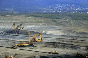 Hnědouhelný důl ČSA, v pozadí obec Horní Jiřetín