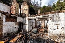Vyhořelé chaty v Národním parku České Švýcarsko u Rynartic na Děčínsku na snímku z 24. srpna 2020