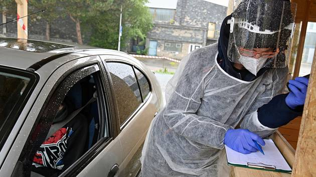 Pracovník ověřuje 24. října 2020 údaje testovaných na odběrovém místě v areálu Fakultní nemocnice Brno