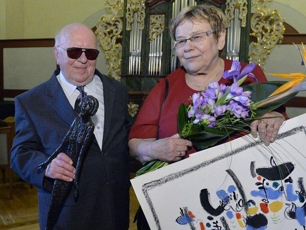 Letošní Cenu Olgy Havlové získal nevidomý varhaník ze Sezimova Ústí Ladislav Dohnal (na snímku z 19. května s manželkou Marií), který přes tři desetiletí pomáhá seniorům.