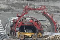 Stavba dálnice D8 se zastaví, její stavba je neplatná. Vyplývá to alespoň z rozhodnutí Ústeckého krajského soudu, který dal za pravdu sedm let staré žalobě Dětí Země.
