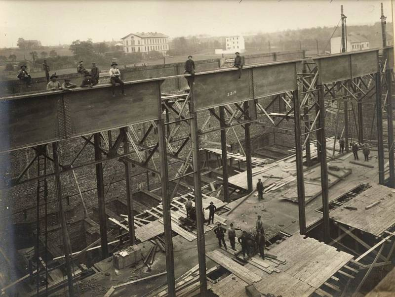 Výstavba elektrárny Trmice (17.10.1914,stavba kotelny a strojovny, v pozadí dnešní budova nádraží ČD Trmice)
