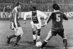 Johan Cruyff v dresu Ajaxu (uprostřed) proti Bayernu Mnichov.