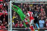 Petr Čech zasahuje proti střele z přímého kopu Middlesbrough