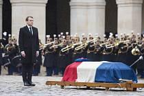 Francouzský prezident Emmanuel Macron udělil zabitému četníkovi, který se nechal vyměnit za rukojmí, státní vyznamenání.