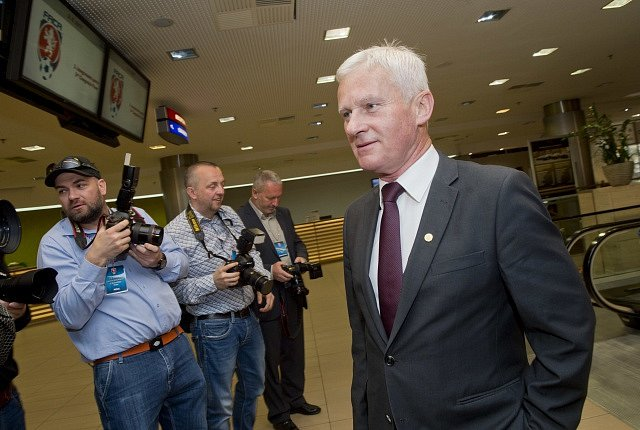 Předseda komise rozhodčích Michal Listkiewicz přichází na valnou hromadu Fotbalové asociace ČR (FAČR)