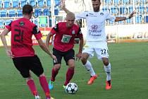 Martin Nešpor z Mladé Boleslavi (uprostřed) si zpracovává míč před Tomášem Košútem ze Slovácka.