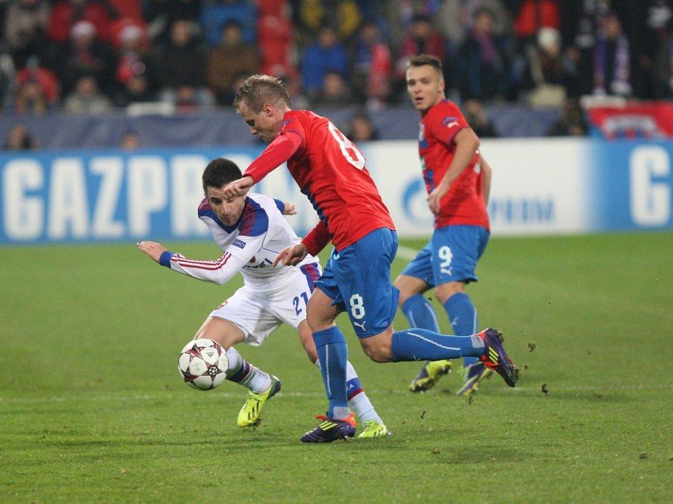 David Limberský z Plzně (uprostřed) se snaží obehrát hráče CSKA Moskva.