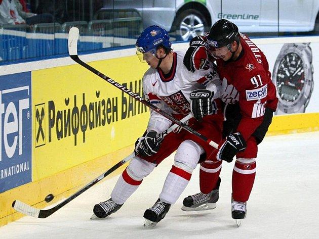 Obránce Ondřej Němec (vlevo) a Kanaďan Steve Stamkos.