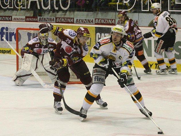 Útočník Sparty Jakub Koreis (vlevo) hlídá hráče Litvínova.