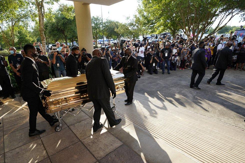 Rakev s ostatky George Floyda během pohřbu v americkém Hostonu, 9. června 2020