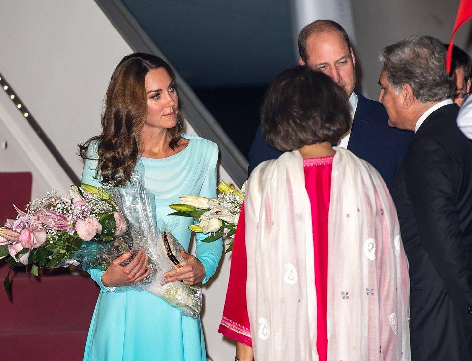 Kate a princ William po příletu do pákistánského Islámábádu..