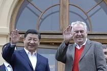 Prezident Miloš Zeman (vpravo) se 28. března na zámku v Lánech setkal se svým čínským protějškem Si Ťin-pchingem.
