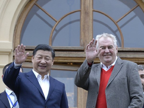Prezident Miloš Zeman (vpravo) se 28.března na zámku vLánech setkal se svým čínským protějškem Si Ťin-pchingem.