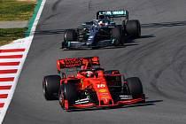 Formule 1: Charles Leclerc z Ferrari (vpředu) a Lewis Hamilton z Mercedesu.