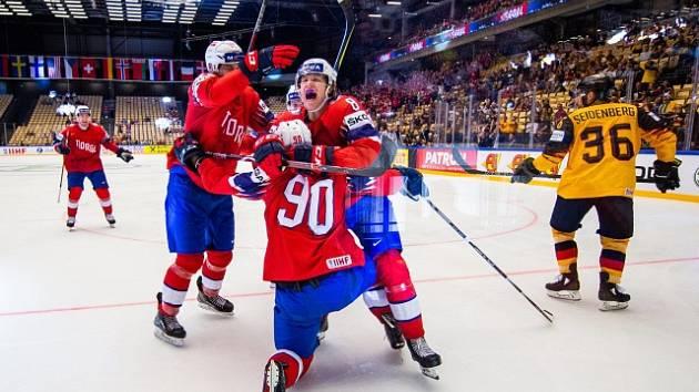 Hokejisté Norska se radují z gólu v duelu proti Německu.