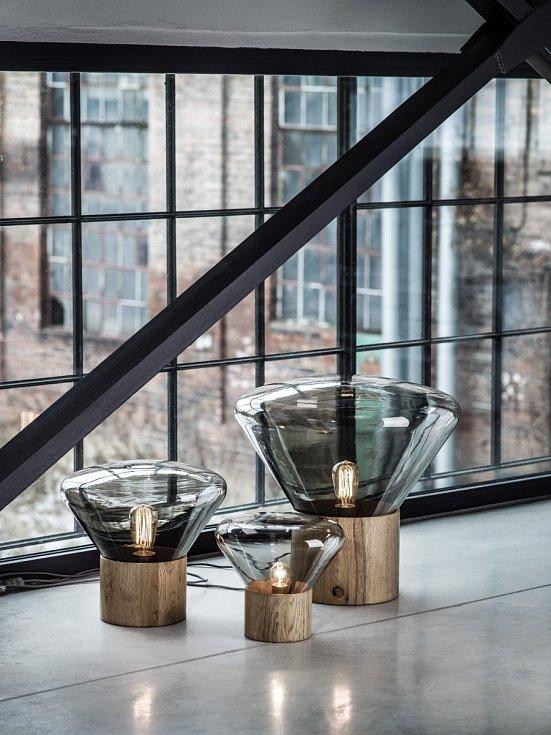 Symbolem značky Brokis se stala svítidla Muffins. Jejich jedinečnost tkví ve spojení jemných křivek skla, masivního dřeva a v bravurně zvládnutém řemesle.