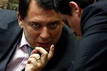 Jiří Paroubek (v rozhovoru s Davidem Rathem) uspěl. Poslanci vyslovili vládě nedůvěru.