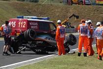 Sergio Pérez měl štěstí v neštěstí: převrátil formuli, ale vyvázl bez zranění.