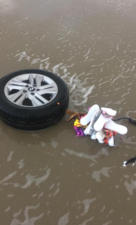 Pláže v Nizozemsku jsou zaplaveny zbožím.