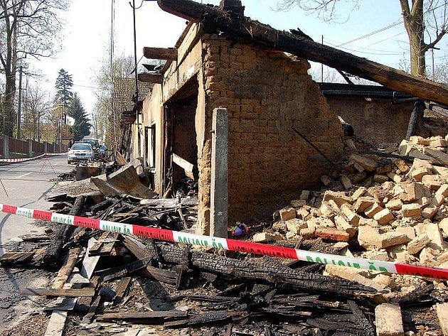 Vyšetřování loňského žhářského útoku na domek romské rodiny ve Vítkově definitivně skončilo. Policie v pátek navrhla státní zástupkyni podat obžalobu na čtyři pravicové extremisty obviněné z vraždy.