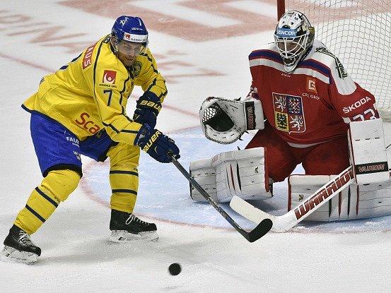 Patrick Cehlin před českým brankářem Pavlem Francouzem v utkání Euro Hockey Tour.