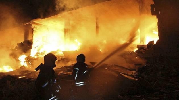 Výbuch muničního skladu v syrském městě Sarmada v provincii Idlib zničil dvě budovy
