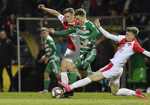 Prohra na úvod jara. Slávisté Lukáš Provod (vlevo) s Patrikem Hellebrandem se snaží zastavit Jana Vodháněla, který jediným gólem rozhodl o výhře Bohemians 1:0