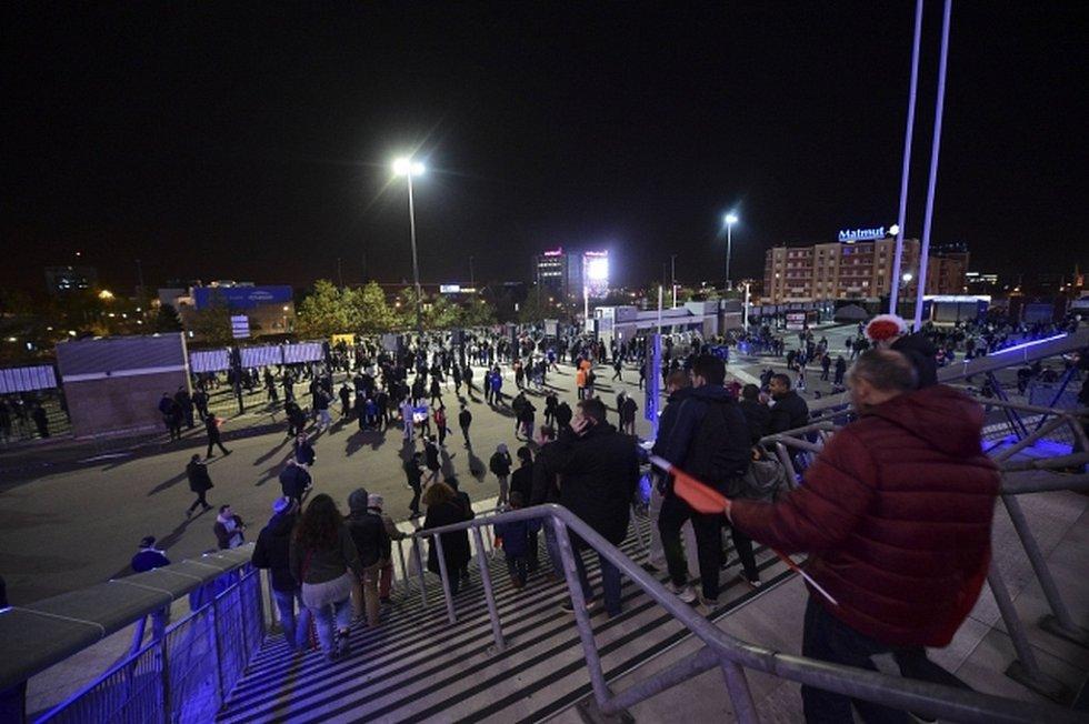Čtyři lidé zahynuli při pumových útocích u fotbalového stadionu.