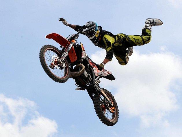 Čtvrteční sportovní křest Freestyle parku v Modřanech provedli přední evropští freestyloví motokrosaři.