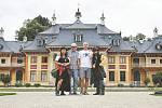 Registrovaný manželský pár Robert Zauer (40 let) a Tomáš Kavalec (38 let) z Teplic, selfíčka z cestování po světě. Na zámku Pillnitz.