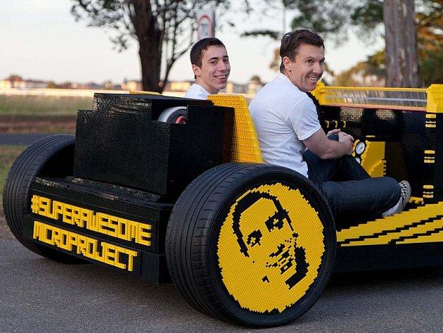 Funkční automobil postavený z Lega.