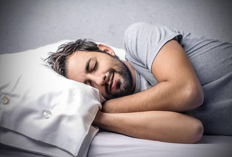 U osob se třemi a více spánkovými problémy – včetně zaspávání, předčasného buzení, nutnosti užívat prášky na spaní třikrát a více během týdne – bylo riziko onemocnění vyšší až o 88 procent, než u lidí, kteří během noci měli spánek kvalitní.