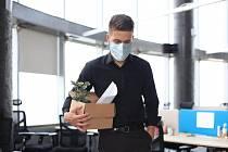 Vsoučasné pandemické situaci musí mnoho lidí řešit otázku ztráty zaměstnání, se kterou jdou často ruku v ruce i nepříjemné psychické problémy. Důležité je se nelitovat a vrhnout se energicky do hledání nových příležitostí.