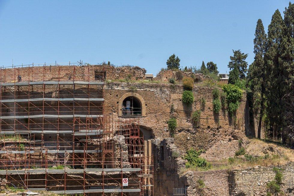 Opravy Augustovy hrobka v centru Říma.