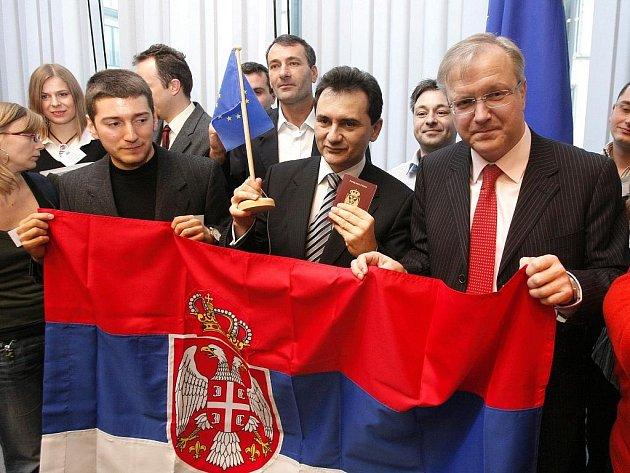 Srbský místopředseda vlády Božidar Djelič a evropský komisař pro rozšíření Olli Rehn pózují se skupinou Srbů v Bruselu poté, co byla tento měsíc zrušena víza pro srbské občany.