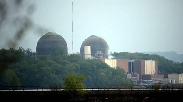 Po sobotní nehodě a požáru v jaderné elektrárně Indian Point u New Yorku se do řeky Hudson z poškozeného transformátoru vylily tisíce litrů oleje.