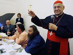Kardinál Vlk poobědval se starými a osamělými lidmi.