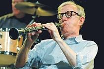 """JAZZMAN. Legendární americký herec, scenárista a režisér Woody Allen nikdy netvrdil, že se chce stát druhým Mr. Acker Bilkem. Popravdě řečeno, k jeho nejlepším výrokům patří tento: """"Nechci dosáhnout nesmrtelnosti svým dílem, ale tím, že neumřu."""""""