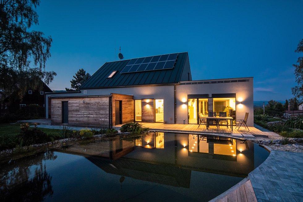 Pro provoz domu jsou přednostně využívány obnovitelné zdroje energie. Teplo dodává malé tepelné čerpadlo země–voda v kombinaci s fotovoltaickou elektrárnou