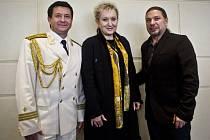 Slavný ruský armádní pěvecký a taneční soubor přizval tentokrát na turné Evu Urbanovou a Petra Koláře.