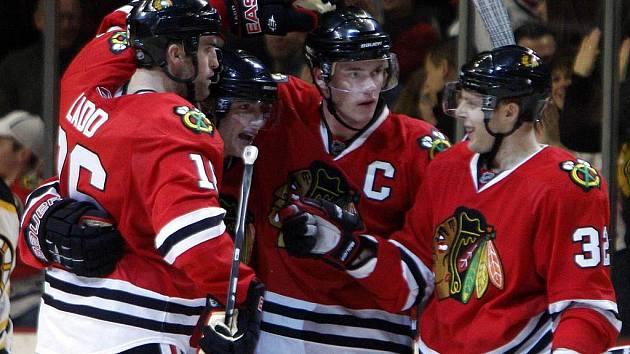 Hokejisté Chicaga slaví další vítězství a posun do čela celé NHL.