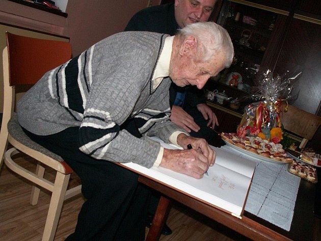 Neuvěřitelných 101 let oslavil v pátek 7. ledna 2010 Josef Štěpánek z Letohradu–Kunčic. K životnímu jubileu přijel oslavenci popřát i letohradský starosta Petr Fiala, na oslavě samozřejmě nemohl chybět dort s číslem 101.