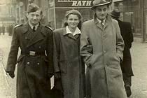 Znovuzrozen z popela. Otec a matka šli do plynu rovnou, bratr později, říká Avraham Harshalom. Jen on přežil. Na snímku je s Jindřichem Sobotkou a jeho ženou v Praze.