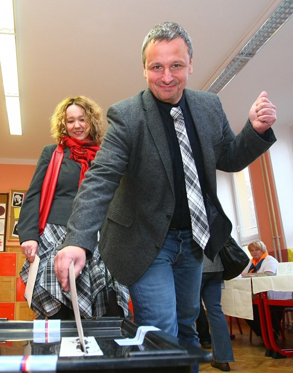 Martin Komárek u volební urny.