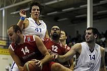 Čeští basketbalisté (v bílém) na závěr evropské kvalifikace divize B podlehli Švýcarům.