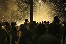 Arménská policie v noci na dnešek v Jerevanu rozehnala demonstranty, kteří se shromáždili poblíž policejní strážnice, kde ozbrojení útočníci od neděle zadržují čtyři rukojmí.