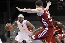 Basketbalisté Nymburka (v bílém) v zápase Evropského poháru ULEB proti Spartaku Petrohrad.