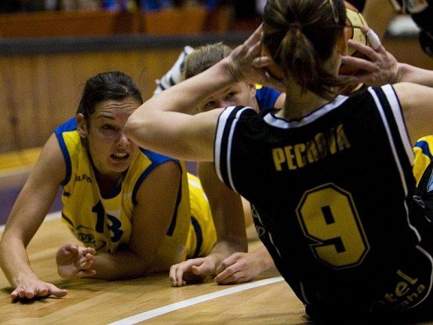 Přízemní basket. Le Dréanová z USK (vlevo) hledí na zemi na kapitánku Sparty Pechovou (zády).
