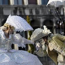 Masky na karnevalu v Benátkách zaplnily náměstí svatého Marka. Každoroční únorový desetidenní karneval přilákal do města davy turistů.
